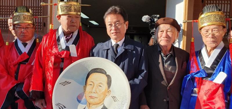 세계적인 도예가 길성 선생의 박정희 대통령  초상화 증정식
