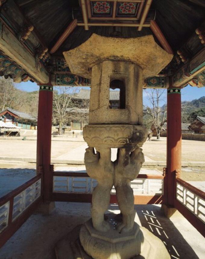 국보 제5호 충북 보은 속리산 법주사 쌍사자석등(雙獅子石燈. 높이 3.06m)